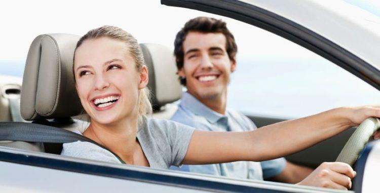 Сколько стоит вписать в страховку одного водителя? Сколько человек может быть внесено в ОСАГО Известно, что в страховой документ можно внести ограниченный список лиц (если речь идет о страховке с ограниченным списком людей, допущенных до управления).</p> <p> Многие считают, что не больше пяти (по числу строчек в бланке). На самом деле закон не указывает ограничений по числу лиц, допущенных к управлению ТС, которых можно внести в ОСАГО: в случае, если строчек не хватает, их внесут на обратную сторону бумаги, либо прикрепят список на дополнительном бланке. Стоимость рассчитывается по водителю с максимальным коэффициентом стоимости, и не зависит от количества вписанных персон.</p> <p> Сколько можно вписать водителей в страховку ОСАГО бесплатно в 2021? Вы можете расширять список, сколько хотите.</p> <p> Стоимость не будет меняться, если стаж, возраст, качество вождения прочих водителей имеют равные или большие, нежели ваши, показатели. Часто задают вопрос, нужно ли вписывать в страховку, если хозяин рядом.</p> <p> Да, нужно. Хотя штраф за это правонарушение невелик (согласно ч.1 статьи 12.37 КОАП РФ — 500 рублей), и можно сэкономить половину, оплатив штраф в первые 20 дней после его вынесения, в случае дорожно-транспортного происшествия выплаты целиком лягут на его виновника. Список документов Перед тем как вписать водителя в страховку ОСАГО, убедитесь, что все необходимые документы в наличии.</p> <p> Действующий полис ОСАГО. Паспорт и водительские права человека, которого нужно добавить в страховку.</p> <p> Если владелец не может присутствовать лично в момент совершения процедуры изменения полиса, он должен подготовить генеральную доверенность. Заявление в страховую компанию о внесении изменений. последний пункт – необязательное условие. заполнить заявление можно в офисе страховой компании. наверняка и этого делать не придется, так как сотрудник сам подготовит бланк, останется только проставить подписи. но допустимо и написать заявление заранее в свободной форме, тольк